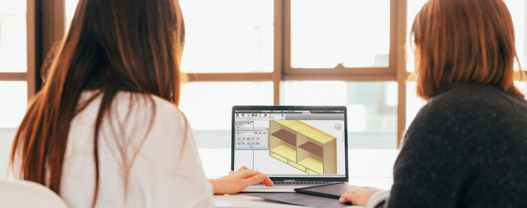 due-persone-pc-schermo-software-autodesk-woodwork